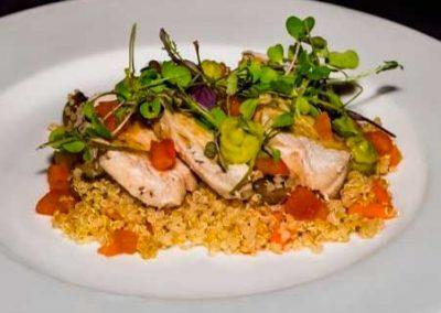 Ensalada de pollo a baja temperatura con quinoa