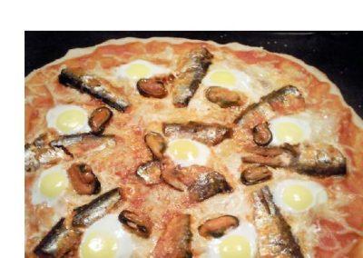Pizza de sardinas, mejillones y huevos de codorniz