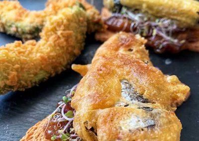 Tosta de sardinas en tempura con chutney de mango casero