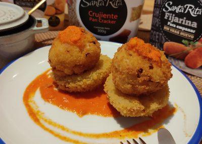 Nidos crujientes de patata y salmón con salsa de piquillo